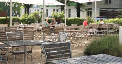 Strandbar mit Tischen