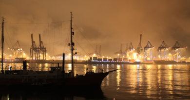 Lichter erhellen den Hafen bei Nacht