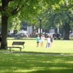 Entspannen beim schönen Wetter in Park