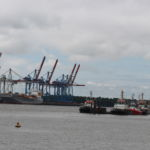 Ein typischer Blick auf den Hamburger Hafen