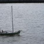 Ein kleines Segelschiff