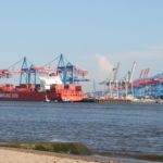 Blick auf den Hafen vom Elbstrand aus