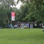 Im großen Park kann man gut mit Freunden Frisbee spielen