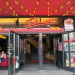 Es verfügt über zwei Spielstätten, das Schmidt Theater selbst und das paar Meter entfernte ,,Große Haus' Schmidts Tivoli
