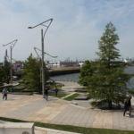 Wenn man auf den Bänken und Sitzstufen sitzt kann man Hamburgs ältestes modernes Hafenbecken Traditionsschiffhafen sehen