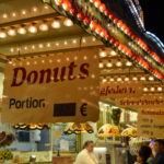 Wer Lust auf etwas Süßes hat kann sich einen Donut oder anderes Schmalzgebäck genehmigen