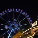 Das Riesenrad erstrahlt Nachts in allen Farben